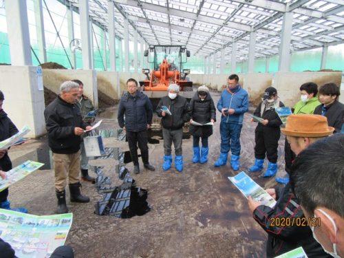 預託研究会      令和2年2月21日(金)に預託研究会 冬季研修会が開催されました。この研修会は、受入農家同士で牧場を視察し合う事で、改善点の発見や受入農家間での情報交換を目的としております。今回は、十勝清水町農協管内の受入牧場である㈱十勝清水すくすくライフと、研修視察の一環として、今年度運用開始となった、十勝清水バイオマスエネルギー株式会社を視察し、その後は、十勝川第一ホテルにて、活発で建設的な意見交換が行われました。 預託研究会とは  「乳用育成牛委託販売研究会」の通称で、全酪連の預託を受けている農協(受託農協)および農家(受託農家)と全酪連札幌支所で構成している組織です。  預託研究会は、良質な初妊牛を生産するための受託農家の飼養管理技術の向上や会員相互の親睦を図ること、 また、研修会等を開催することを目的として事業活動を行っています。  昨年度も都府県への販売預託牛の追跡調査の実施、飼養管理技術の向上のための研修会や道内受託農家の 視察等を実施しました。  今後も、都府県酪農家の皆様に喜ばれる「全酪連販売預託事業」にしていくために、充実した活動をしていく予定です。 会員・生産者の皆様へ 組織整備情報 酪農青年女性会議